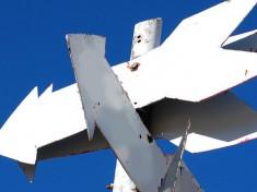 Das Bild Arrow signs on a pole wurde bei 4freephotos.com unter der Creative Commons License von alegri veröffentlicht